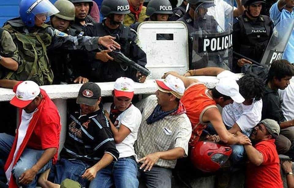 Сблъсъци между армия и народ по време на преврата през 2009-та.