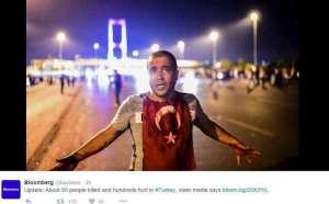 Реджеп Таип Ердоган е по-силен откогато и да било. Уволнява неудобни съдии, арестува нелоялни войници, партиите единодушно осъждат опита за преврат, а хората аплодират. Снимка: twitter.com