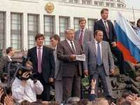 Борис Елцшн чете от танк пред Белия дом в Москва възвание срещу пуча и в защита на демокрацията на 19 август 1991 г.