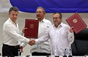 """Президентът на Колумбия Мануел Сантос и представителят на ФАРК Родриго Лондоньо–""""Тимошенко"""", подписаха в компанията на кубинския лидер Раул Кастро предварителното споразумение за спиране на огъня още на 23 юни в Хавана"""
