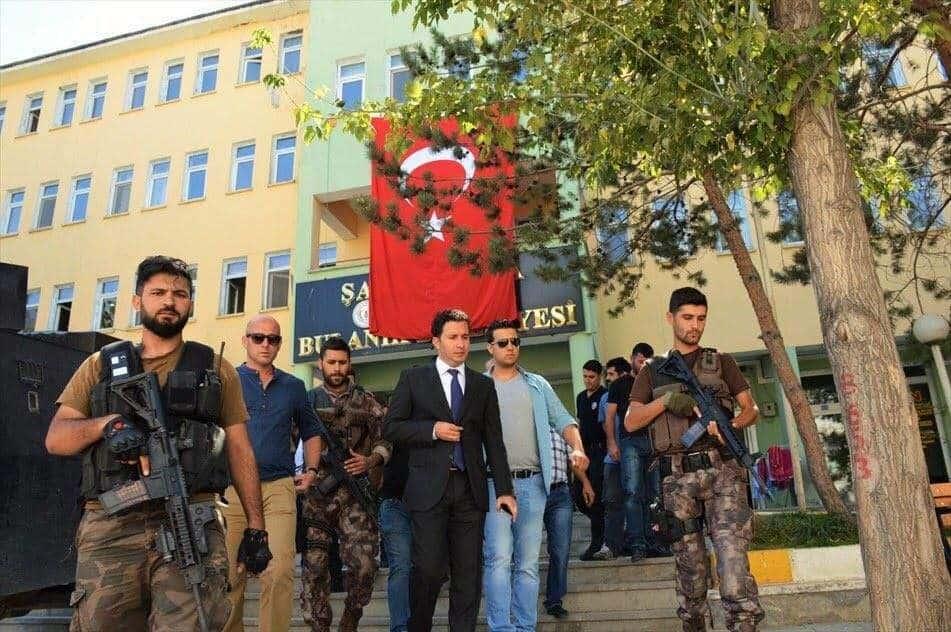 Въоръжена охрана придружава назначеният от Анкара управник на община Буланък в Югоизточна Турция