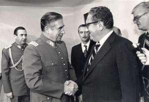 Приятелско ръкостискане между Пиночет и Кисинджър в Чили–два месеца преди убийството на Летелиер.