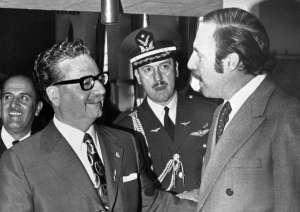 Орландо Летелиер (вдясно) заедно с чилийския президент Салвадор Алиенде–първият марксист в света, повел страната си към социализъм по мирен път. В средата между двамата е генералът конституционалист Карлос Пратс–още една жертва на Пиночет.