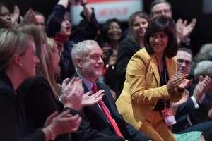 Конгресът на лейбъристите приветства Джеръми Корбин (в средата)