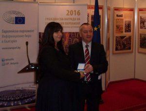 Мариана Пенчева получава наградата си от Георги Пирински