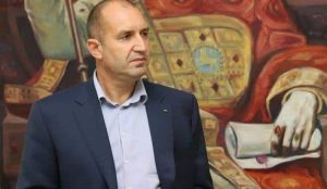 """Умерената позиция на Румен Радев спрямо Русия очевидно не се харесва на """"Америка за България""""."""