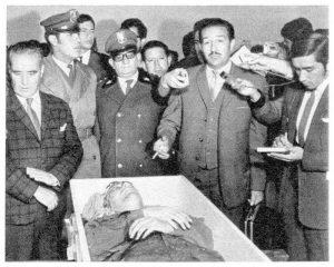 Роберто Кинтанийя показва пред журналисти в Ла Пас трупа на Инти със следи от мъченията