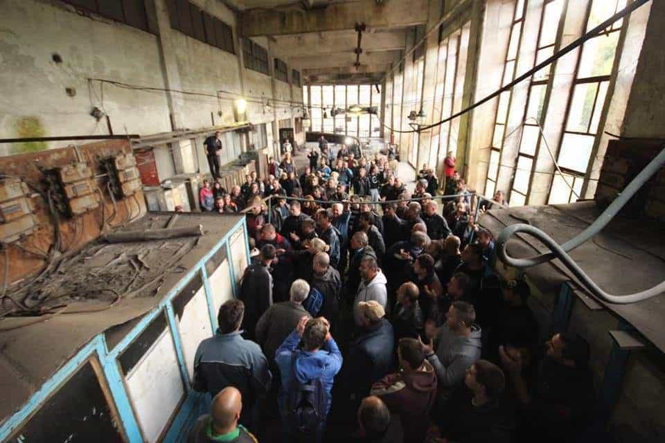 Протестиращи миньори пред клетката за спускане в мината. Снимка: Жана Цонева