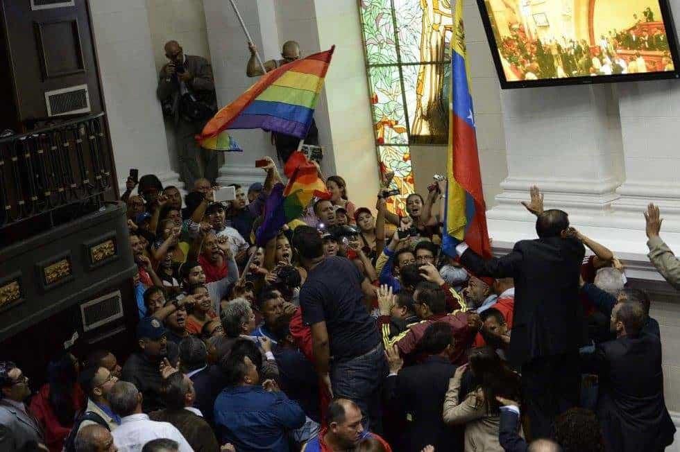 """Възмутени чависти нахлуха във венесуелския парламент, докато опозиционните депутати призоваваха на извънредно заседание за """"народно въстание"""""""