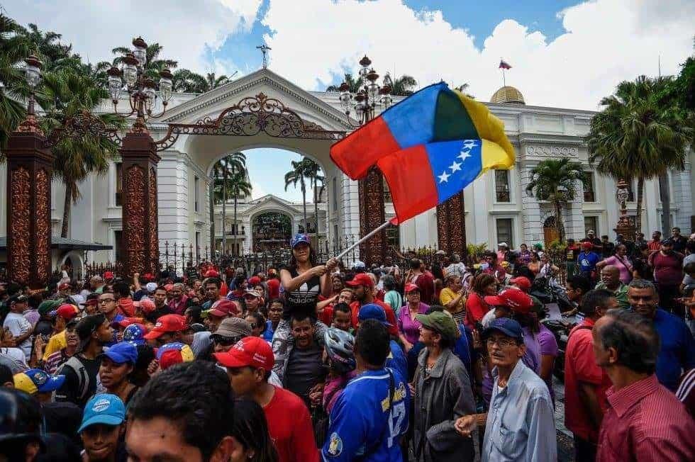"""В двора на парламента чавистите празнуваха, че са принудили опозиционните депутати """"да чуят гласа на народа"""