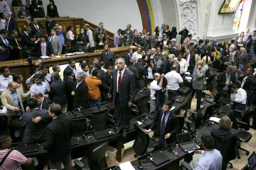 В заседателната зала на Националната асамблея настъпи смут от неканените гости.