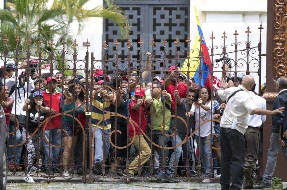 Преди да нахлуят в Националното събрание, протестиращите чависти трябваше да преодолеят външната врата към двора на законодателния орган.