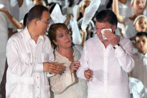 Бан Ки-Мун и Мишел Бачелет окуражават разчувствания Мануел Сантос по време на церемонията в Картахена.