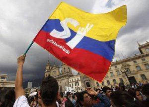 """Привърженици на мира размахват националния флаг на Колумбия в центъра на Богота с изписаните на него букви """"ДА"""""""