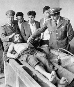 Полковник Роберто Кинтанийя сочи раните от куршуми по тялото на Че Гевара на 9 октомври 1967 г.