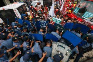 Демонстрацията бе срещу военното присъствие на САЩ в страната и премина в сблъсъци с полицията