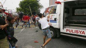Демонстранти удряха вана с отнети от полицията дървени прътове