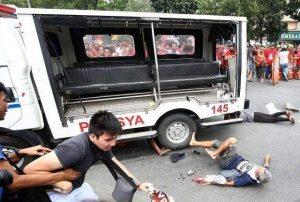 Полицейският ван остави смазани хора по асфалта пред посолството на САЩ в Манила