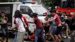 Ванът убиец започна да се движи напред-назад срес множеството, след като бе плътно заобиколен от удрящи го демонстранти