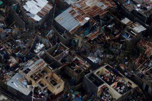 Къщи с отнесени от урагана покриви в една от засегнатите зони на Хаити