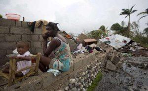 Хаитянка се чуди къде ще се подслони с детето си, след като стихията е разрушила дома й