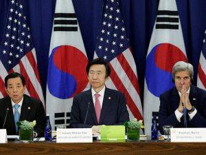 Джон Кери до южнокорейския си колега Юн Бьон Се (в средата) и до военния министър Хан Мин Ку