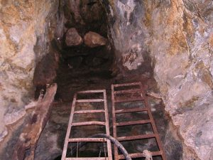 """Вече повече от денонощие миньори отказват да напуснат рудник """"Бабино"""" в знак на протест. Снимка: Wikimedia Commons"""
