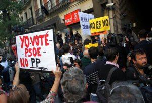 """""""Гласувах за ИСРП, не за Народната партия""""–пише на плаката на преден план, издигнат от избирателка на социалистите на демонстрацията пред централата на ИСРП в Мадрид"""