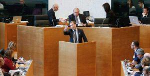 Премиерът на Валония Пол Маниет в регионалния парламент при налагането на ветото на CETA