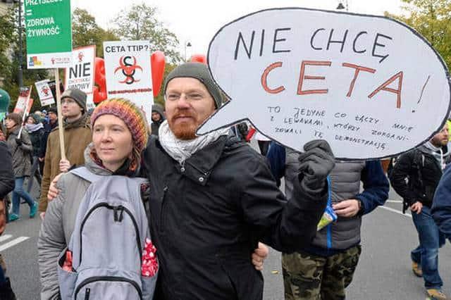 """""""Не искам CETA"""" е написал на плаката си този участник в шествието във Варшава"""