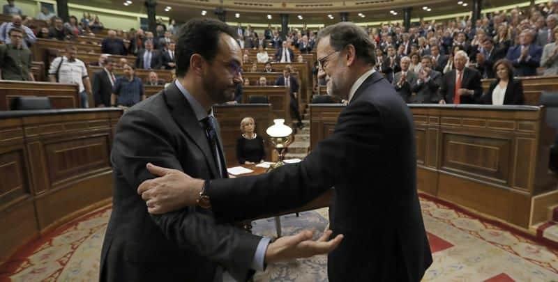 """Въпреки опозиционния плам в словото си, накрая говорителят на парламентарната група на социалистите Антонио Ернандо получи поздравления от Рахой за """"отговорното"""" въздържане"""