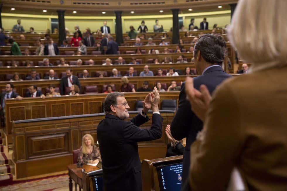 Мариано Рахой приема овациите на съпартийците си след одобряването му за премиер
