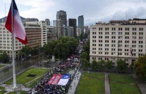 Около 60 000 души участваха в протестното шествие в Сантяго въпреки проливния дъжд