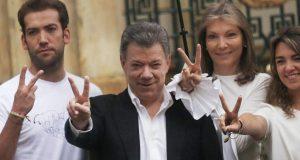 Мануел Сантос се радва на Нобеловата награда за мир заедно със семейството си