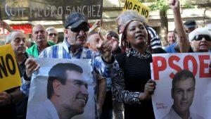 Поддръжници на Педро Санчес блокираха улицата пред сградата на ИСРП в Мадрид, докато вътре заседаваше федералният съвет