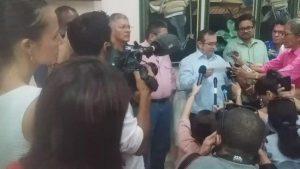 Родриго Лондоньо-Тимошенко (с бялата риза, чете) прави изявления от името на ФАРК в Хавана, а до него (по-високият в зелената риза) е сенаторът и български възпитаник Иван Сепеда