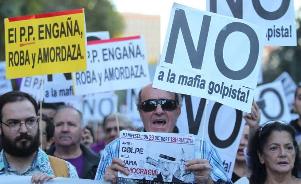 """""""НЕ на превратаджийската мафия"""", """"Народната партия лъже, краде и запушва устите"""", """"Срещу преврата на мафията–демокрация""""–това бяха лозунгите на многохилядния протест срещу новия премиерски мандат на Рахой"""
