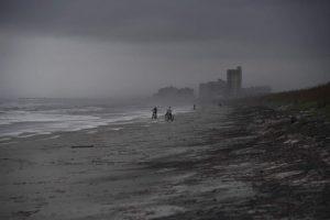 Плажовете във Флорида се опразниха пред настъпващото бедствие