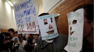 """На една от маските бе изписано името на Педро Санчес, а голям плакат се обръщаше към Фелипе Гонсалес: """"Ръцете ти са изцапани с негасена вар""""."""