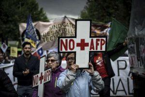 """AFP е абревиатурата на частните пенсионни фондове в Чили. Лозунгът NO más AFP (""""Стига вече АФП"""") често се изписва и като NO + AFP–защото на испански думата más означава и """"плюс""""."""
