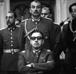 От тази снимка на чилийската военна хунта начело с генерал Пиночет (седналият) светът разбра кой стои зад кървавия преврат в Чили на 11 септември 1973 г.
