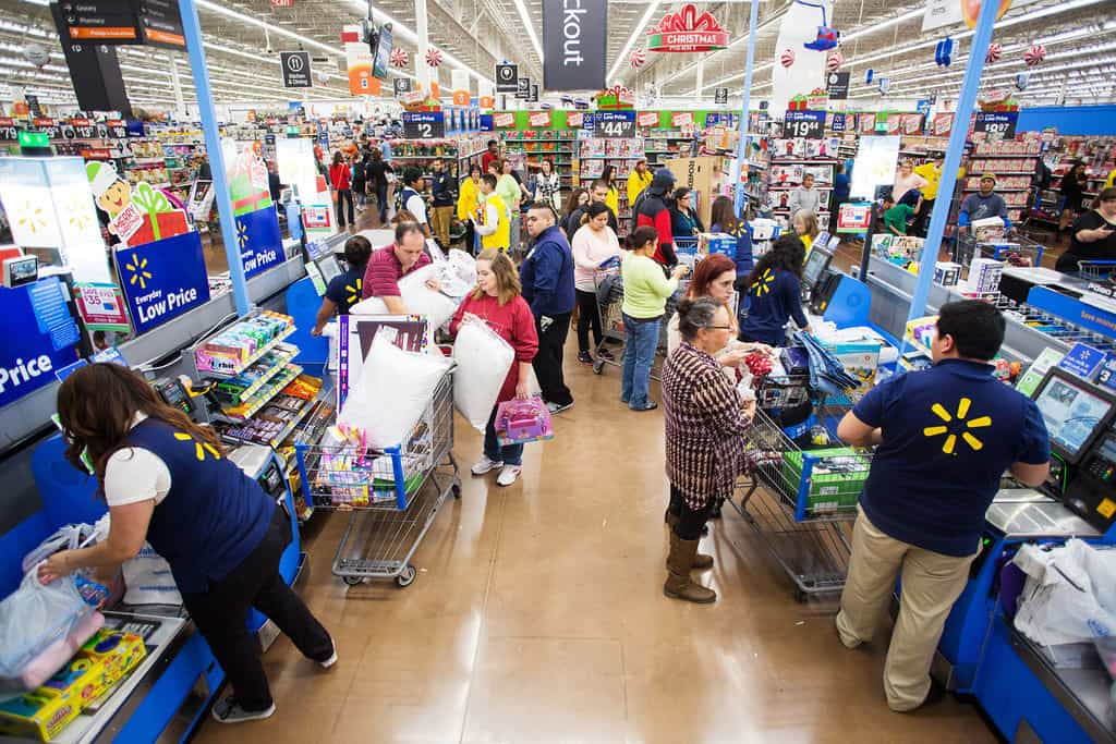 Появяват се и все повече данни, че повишаването на заплатите е отразява позитивно и на бизнеса. Пример за това е най-големият частен работодател в САЩ – търговската верига Wal-Mart.