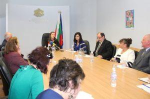 """Министър Кунева при обявяването на проекта. На централното място седи изпълнителния директор на """"Заедно в час"""" Евгения Пеева. Снимка: МОН"""