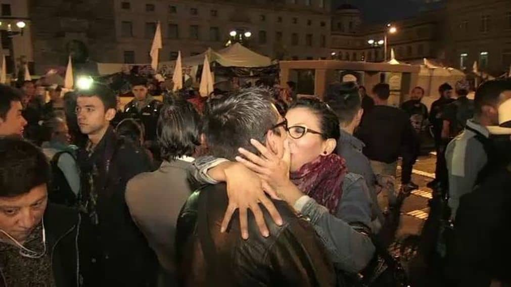 """Участниците в палатковия лагер на мира на площад """"Боливар"""" в Богота организираха и """"маратон на целувките"""" в подкрепа на мирното споразумение"""