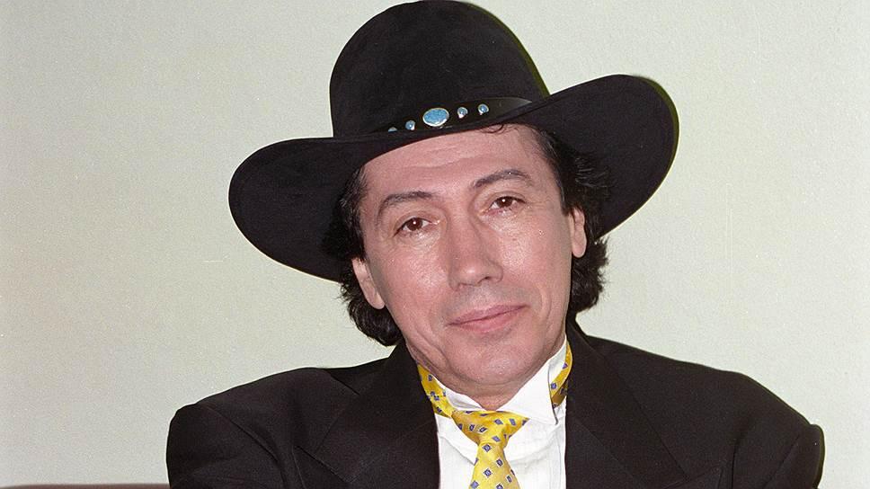 Каубойската шапка става запазена марка на сценичния образ на певеца