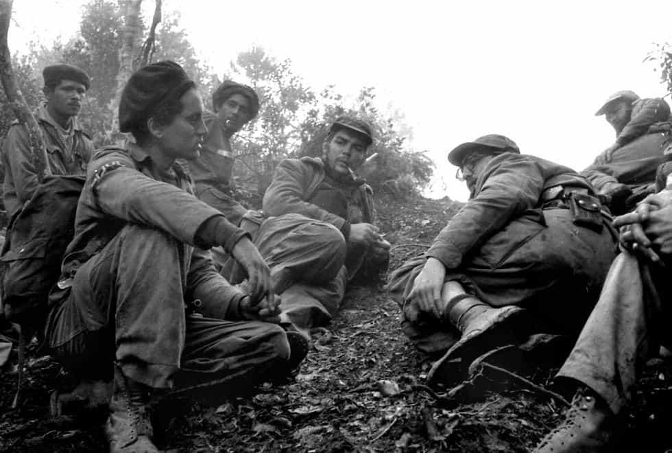 Фидел (седналият вдясно, с очилата) по време на обсъждане на акция в Сиера Маестра. До него е Че Гевара
