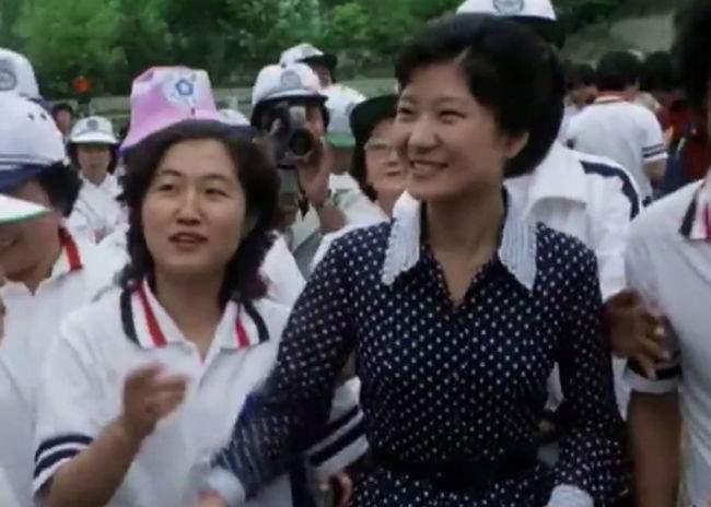 Пак Кън Хе (вдясно) и Чхуe Сун Сил се сприятеляват като съвсем млади. Тук са заедно на официална проява през 1979 г.