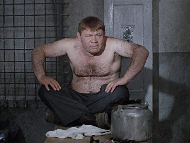 """Героят на Евгений Леонов в прочутата съветска комедия """"Джентълмени с късме"""" се налага да бъде татуиран и да научи феня, за да замести двойника си–кръвожаден бандит, и да научни от съучастниците му важни за следователите тайни"""