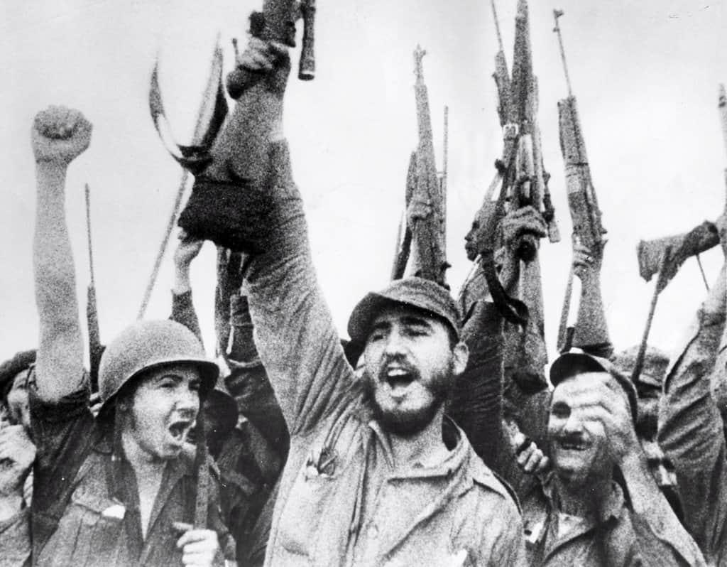 Фидел и Раул заедно с други бойци празнуват победата над наемниците в Залива на свинете