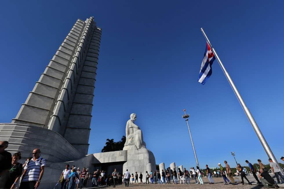 """Националното знаме е полуспуснато в знак на траур, докато върволицата от скърбящи хора преминава през Мемориала """"Хосе Марти"""""""